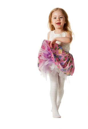 mignonne petite fille: Jolie petite fille sauter de joie isolé sur fond blanc Banque d'images