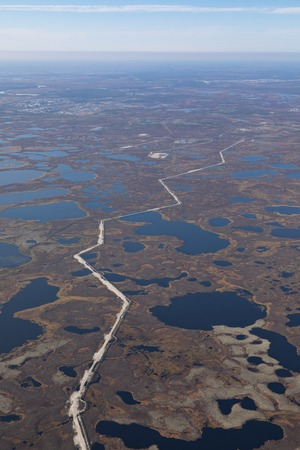Top view of gas pipeline in endless swamps in tundra Banque d'images