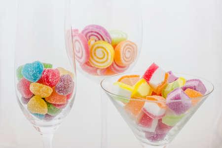 Caramelle di frutta su sfondo bianco Archivio Fotografico