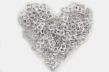Las latas de aluminio abiertas tirada y tapa de la botella de soda