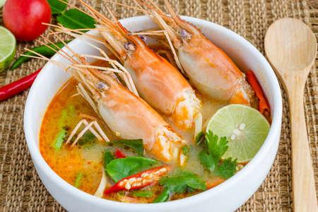 Tom yam kung o Tom yum, Tom yam � una tipica zuppa piccante chiaro in Thailandia e No.1 Thai piatto della cucina. Archivio Fotografico