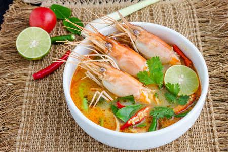 Tom yam kung of Tom yum, Tom yam is een pittige heldere soep typisch in Thailand en No.1 Thai Dish Cuisine.