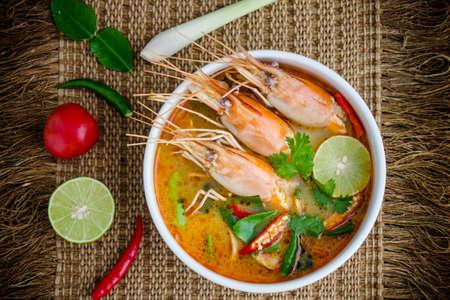 トムのヤマイモ kung またはトムヤム、トムのヤマイモはスパイシーなスープに典型的なタイの No.1 タイ料理料理。 写真素材