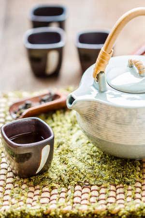Telaio con teiera asiatica. tazza di t� e teiera su legno