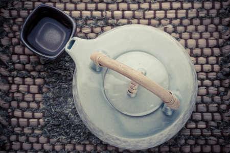 Telaio con Asian teiera tazza di t� e teiera su legno Archivio Fotografico