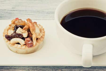 caff� nero vintage e crostata di frutta su tavola di legno