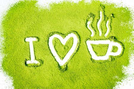 polvere verde che formano il cuore e la tazza di t� superficie di forma vicino isolato su sfondo bianco