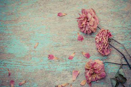 오래 된 빈티지 나무 접시에 말린 된 장미