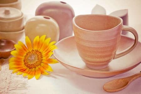 Tazza e ciotola in ceramica sul tavolo in legno