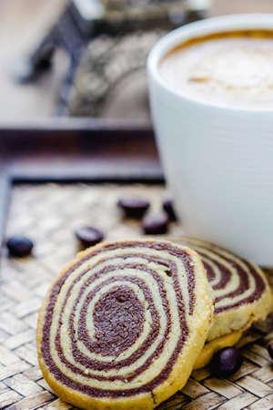 Tazza di caff� espresso e biscotti sul tavolo Archivio Fotografico