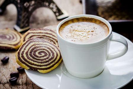 tazas de cafe: Taza de café y galletas en la mesa Foto de archivo