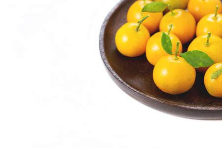 Arancio (Citrus Japonica Thunb) su sfondo bianco Archivio Fotografico