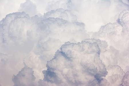 Fondo blu cielo con nuvole bianche