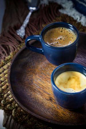 Due tazze blu di caff� espresso sul piatto di legno Archivio Fotografico