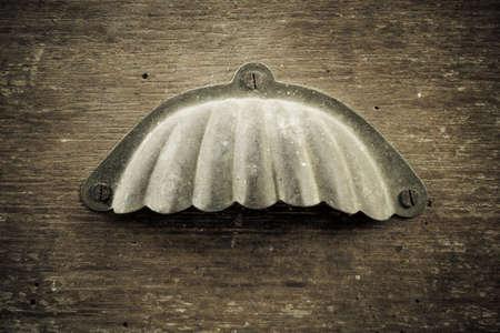Primo piano di un manico in metallo sul cassetto della vecchia scrivania