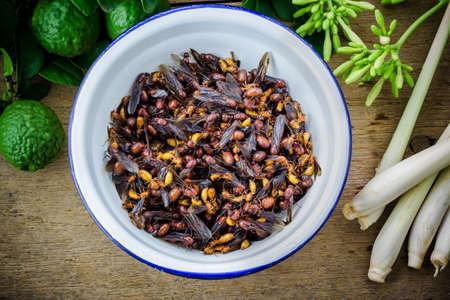 hormiga: hormigas subterráneas en un tazón de hierro, la comida tailandesa.