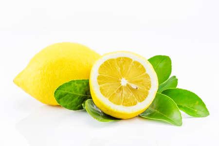 zumo verde: Limones con hojas sobre un fondo blanco. Foto de archivo