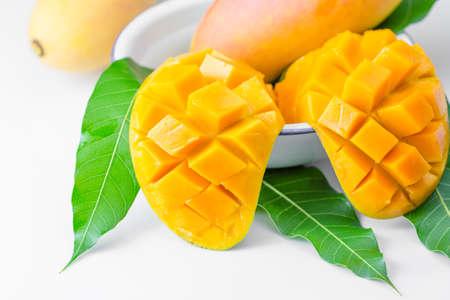 mango: świeżych owoców mango wyizolowanych na białym tle Zdjęcie Seryjne