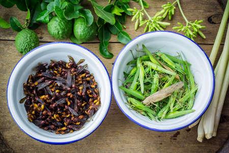 comida gourmet: hormigas y saltamontes subterr�neas en un taz�n de hierro, la comida tailandesa.