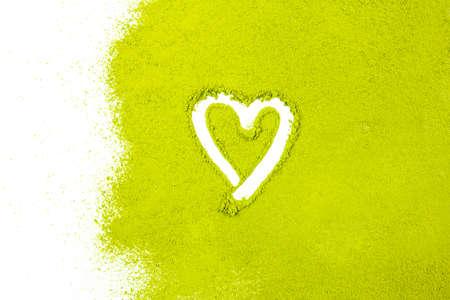 groene poeder die hartvorm oppervlak close-up op een witte achtergrond Stockfoto