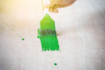 peinture à la main de couleur verte sur l'utilisation de la table en bois pour la maison décorée.