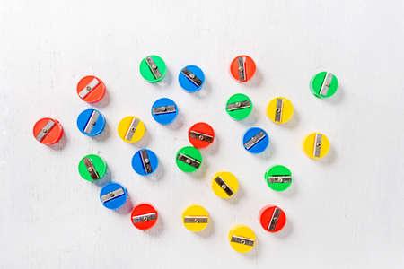 sacapuntas de diferentes colores sobre fondo de madera