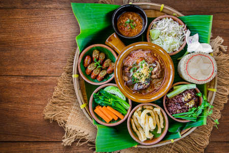 Tradycja północnej tajskiej żywności. Sos tajski z sosem chili, kiełbaski tajlandzkie, głęboka smażona skóra wieprzowa, tradycyjne ziarna parzone. Tajski pojęcie żywności Zdjęcie Seryjne