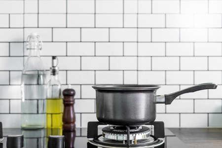 Olla de cocina en la estufa de gas en la cocina