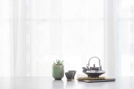 Teiera in ceramica giapponese e tazza da tè sul tavolo