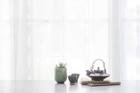 Tetera de cerámica japonesa y taza de té en la mesa