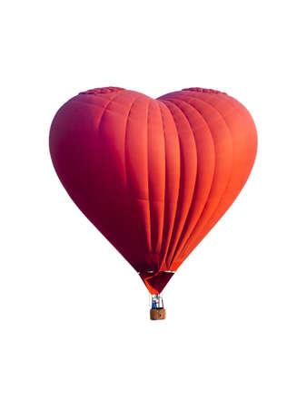 Globo de aire caliente rojo en forma de corazón aislado sobre fondo blanco.