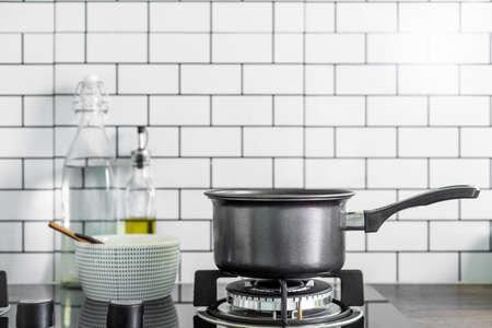 Küchentopf auf Gasherd in der Küche Standard-Bild