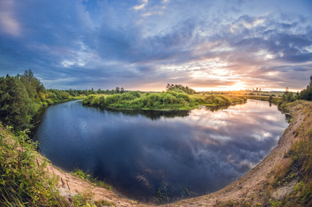 beautiful landscape of the riverbank at sunset with the sun above the horizon 版權商用圖片 - 114884757