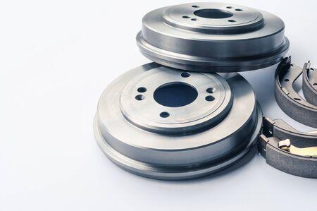 Nouveaux tambours, plaquettes et cylindres de frein de pièces automobiles sur fond blanc