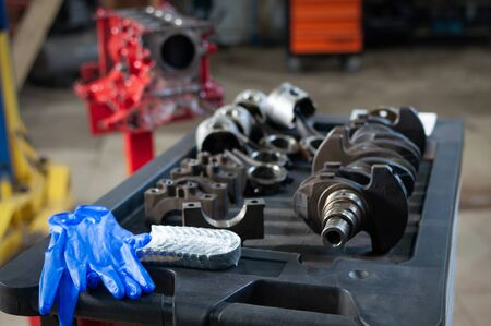 the car cylinder block and crankshaft in workshop. engine overhaul in a small service Stockfoto