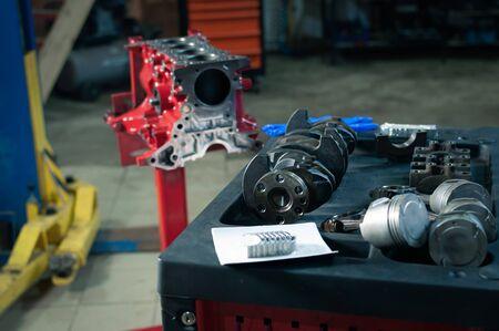 the car cylinder block and crankshaft in workshop. engine overhaul in a small service Foto de archivo