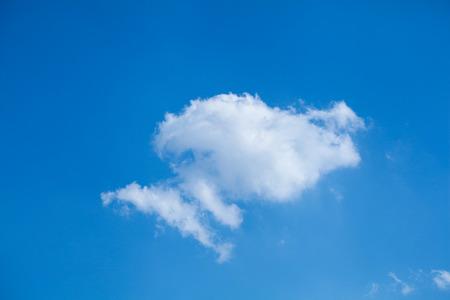 小さな雲と青い空を背景