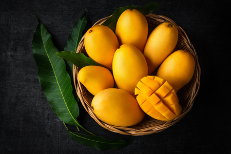 Yellow Mango Beautiful skin In the basket Blackboard background Banque d'images