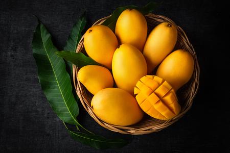Gelbe Mango Schöne Haut im Korbtafelhintergrund