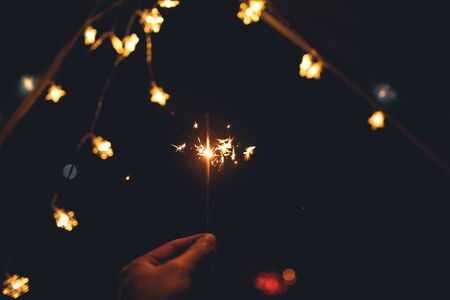 Bengalas y luces de fuego y tiendas de campaña.