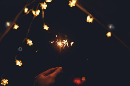 Cierges magiques et lumières de feu et tentes de camping