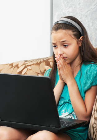 caras tristes: La chica joven triste en el sof� Foto de archivo