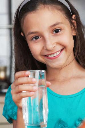 한 사람 만: 신선한 물 한 잔을 들고 백인 여자