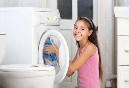 lavando ropa: La hermosa muchacha est� lavando ropa en el ba�o