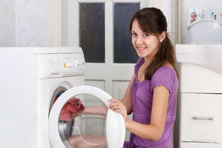 clothes washing: La hermosa muchacha est� lavando la ropa Foto de archivo