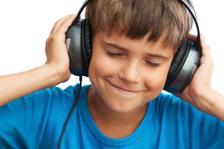 vetical: El muchacho joven est� escuchando la m�sica