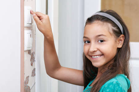 cabello casta�o claro: Los girs sonrientes utilizar el interruptor Foto de archivo