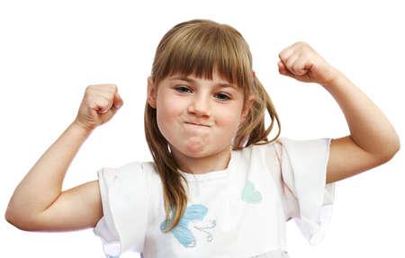 어린 소녀는 그녀가 강하다는 것을 보여줍니다 스톡 콘텐츠