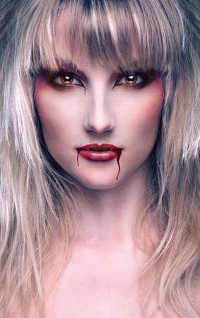 portret pięknej blond dziewczyny z wampirem krwawych smug