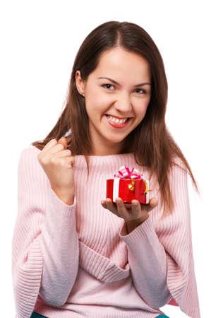 La muchacha sonriente joven en el estudio con el presente Foto de archivo